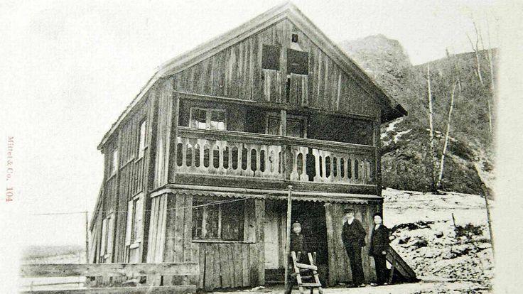 På folkemunne heter det at dette er huset som Christian II satte opp for sin elskerinne Dyveke i 1510. Huset ble flyttet fra Gamlebyen til Ullern i 1929.