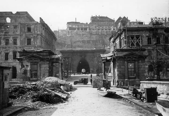 1945. Clark Ádám tér az ostrom után.