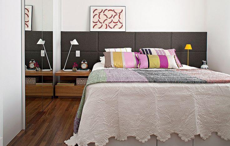 No quarto, a cabeceira de tapeçaria é cinza para não sujar fácil. O desenho do criado-mudo é da arquiteta Gabriela Marques.