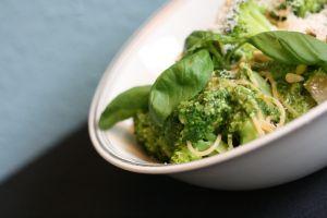 http://umlimaomeiolimao.wordpress.com/2014/05/27/spaghetti-with-broccoli-and-home-made-pesto/