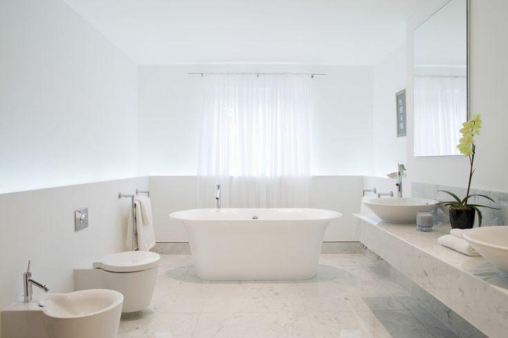 strakke, witte, moderne badkamer met vrijstaand bad
