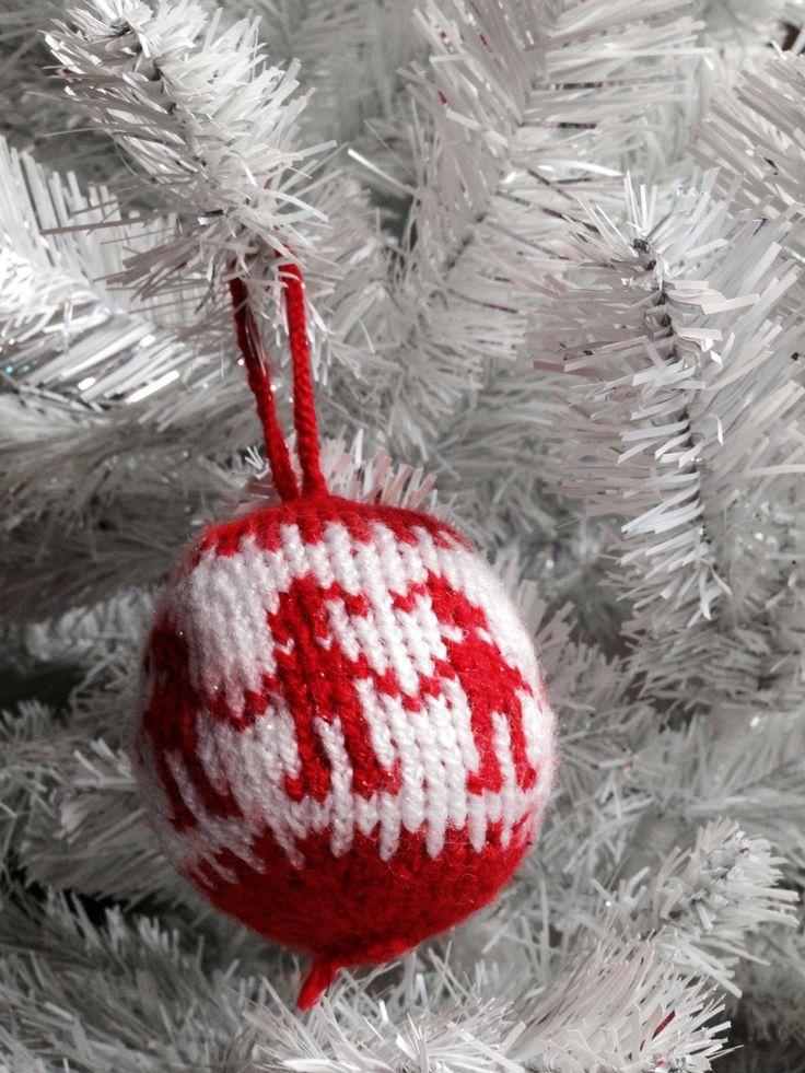 Egen gjord julgranskula... Stickad :) eget mönster: dansande tomtenissar.