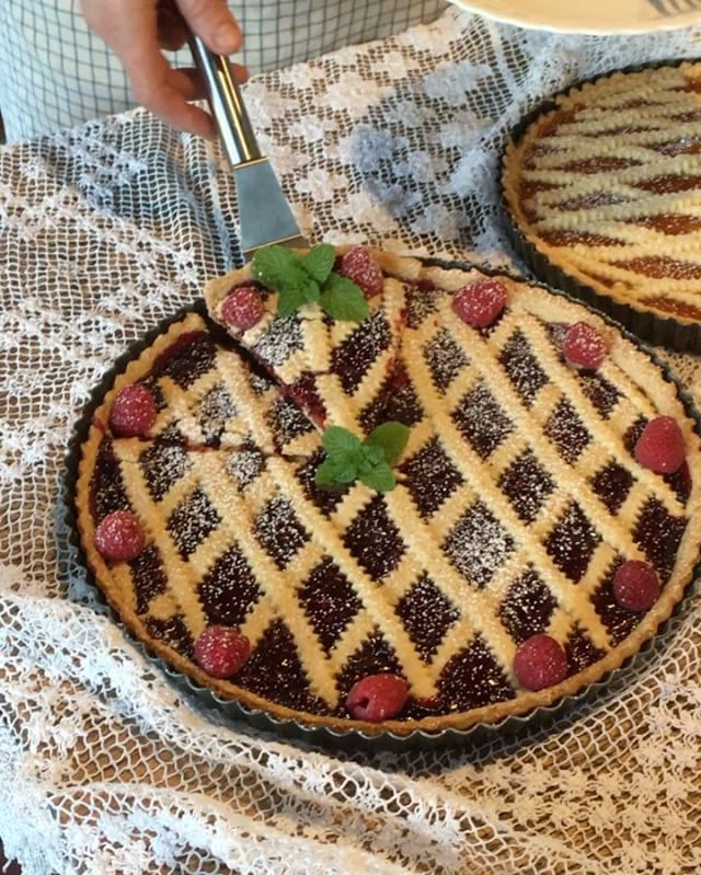 CROSTATA di Lamponi.  Raspberry tart baked in the 🇮🇹 Fontana wood-fired oven. So delicious! Recipe will be posted soon on our blog. @fontanaforniusa #dessert #raspberry #food #foodvideo #tart #fruittart #crostata #crostatadifrutta #woodfiredoven #pizzaoven #fontanaovens