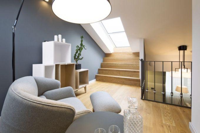 Žádné hluché místo - ochoz slouží nejen k propojení bytu s terasou, ale především jako odpolední salonek pro posezení u čaje či sklenky vína