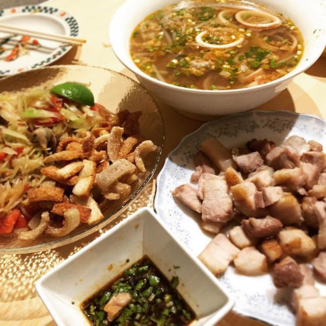 辛いのが食べたくなって来た🙄🙄🙄 いつかのラオス料理🇱🇦🍴 フォーのスープバージョンはお酒がすすむ🍺❤️ 一昨日、久しぶりにラープ作ったのに 写メ撮るの忘れた😭 . . . #ラオス料理 #夜ご飯 #晩酌 #パパイヤサラダ #肉 #フォー #laos #food #bier
