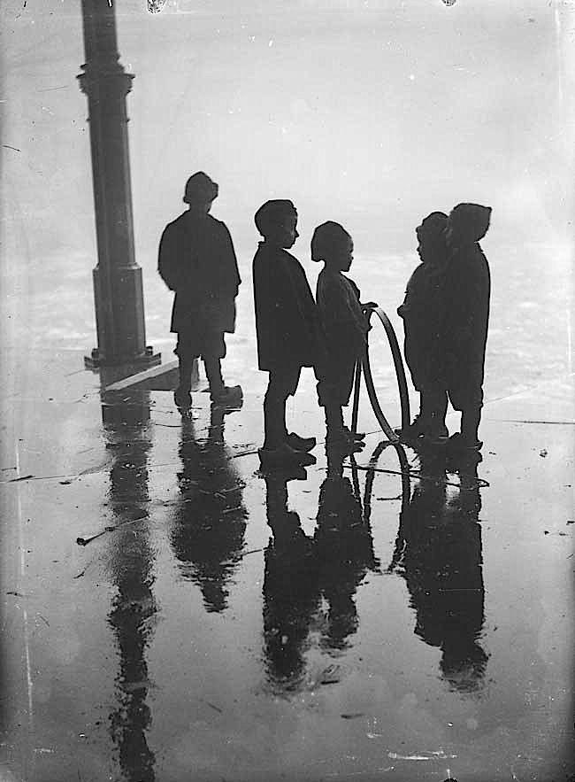 1910. Henri Berssenbrugge - Children playing with a hoop, Fish Market, Rotterdam