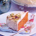 Worteltaart met pistachenootjes, uit het kookboek 'High tea party' van Susannah Blake. Kijk voor de bereidingswijze op okokorecepten.nl.