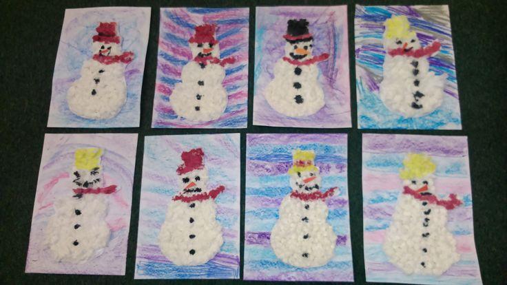 Z kuch.utěrek tvoříme kuličky, lepíme na tvrdší papír do tvaru sněhuláka, domalujeme temperou, vystřihneme. Nalepíme na podklad kreslený voskovým pastelem.
