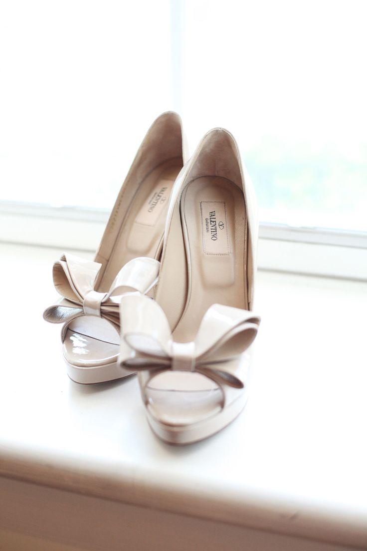 Valentino PumpsWhite Shoes, Fashion Shoes, Bows Pump, Floral Design, Wedding Shoes, Woman Shoes, Girls Shoes, Shoes Shoes, Bows Shoes