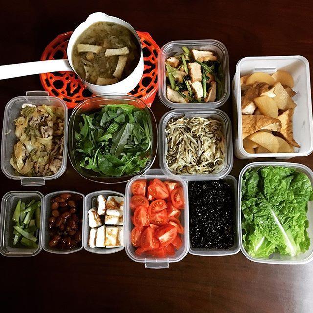 asucaito常備菜や作り置きおかずたち、仕込み終わりました。。はふー。ですε-(´∀`; ) 夜な夜な作り、仕事でヘトヘトな時でも盛っただけの食卓で乗り越えてゆく日々を送っております。・・・・・・・・・・・・・・・・・・・・・・ ・厚揚げと舞茸の味噌汁 ・椎茸と昆布の佃煮 ・切っただけのサンチュ、トマト ・茹でアスパラ ・厚揚げと小松菜の生姜醤油炒め ・もやしの塩昆布炒め ・旦那氏大好物の金時豆の甘煮 ・はんぺん焼き ・厚揚げと大根の煮もの ・キャベツと豚肉の生姜焼き風 ・洗っただけのベビーリーフ・・・・・・・・・・・・ なぜか厚揚げのオンパレードです。  #伊藤家おうちごはん #おうちごはん #常備菜 #作り置き #japanesefood