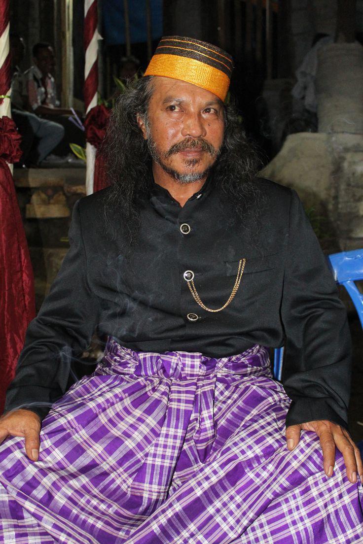 makassar formal/traditional clothing; silk sarong (lipa' sa'be), songkok, jas tutup