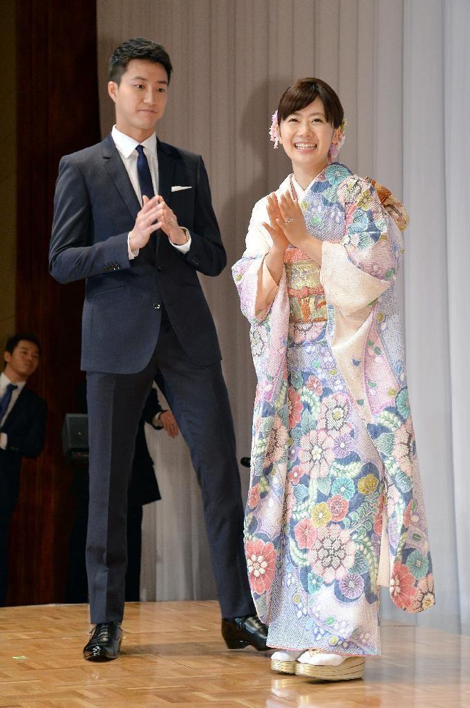 結婚報告会見を終え、笑顔の福原愛(右)江宏傑=21日午前、東京都港区(寺河内美奈撮影)