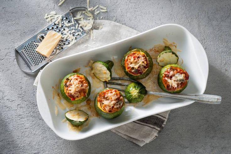 Een paprika kun je vullen, maar een courgette ook. Met groenten en kaas, bijvoorbeeld. - Recept - Allerhande
