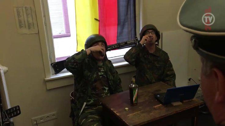 """Die Bundeswehr und TITANIC präsentieren: Die Rekruten  Wie wird aus jungen Menschen ein echter Oberst Klein, der fürs Vaterland spektakulär Tanklastzüge wegbombt? Alles beginnt mit der Grundausbildung, in der Webserie """"Die Rekruten"""" will das Bundesministerium der Verteidigung zeigen, """"was wirklich dahinter steckt"""". Als offizieller Medienpartner der Bundeswehr zeigt TITANIC in dieser Woche vier exklusive Folgen, die Sie nur als Subscriber des endgültigen Satiremagazins ansehen können…"""