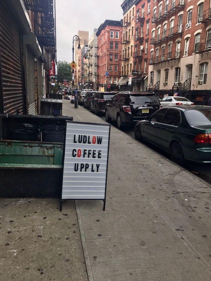 LUDLOW COFFEE SUPLY  アートと音楽に馴染みのあるローアーイーストサイドエリアの中でも、 ラドローストリートはホテルやショップ、レストランやバーなど多くの人で盛り上がっている通り。 特にラドローホテルはそのストリートを代表するシンボル。 林氏もニューヨークに滞在する間は、そのホテルに近接するコーヒーショップに毎朝出掛けるのが日課になっています。 ニューヨークのカフェは、だいたい6時~8時位に朝早くからオープンしていることが多く、 カフェ文化が浸透しているここニューヨークでは、多くの方が仕事前に外でコーヒーと朝食を取っています。 日本で言う、いわゆる朝活。 多くのカフェがアボカドトーストを出していますが、ここのは絶品! チリペッパーの効いたアボカドトーストにレモンを絞っていただきます。 コーヒーもおいしく、ゆったりとした時間を過ごすことが出来ます。 以前までは、カフェの奥には床屋・Ludlow Baber Suplyもありましたが、 バーバーがあった空間は、今はカフェスペースがとても広くなっていました。  ニューヨークのカフェやレストランで働いているス...