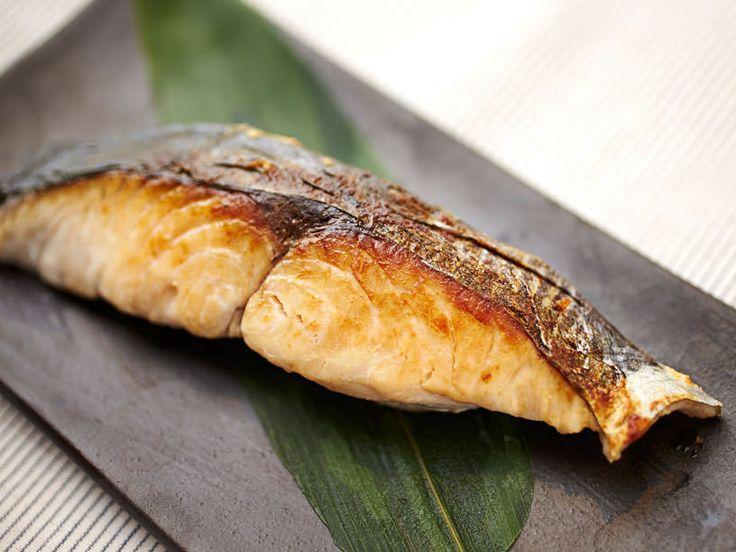 「フライパン」でグリルさながらにパリッと焼くコツを、魚のプロが伝授! ポイントは、「クッキングシートを使う」「火の入れ方」「水分の飛ばし方」の3つだけ!
