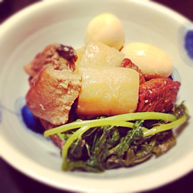 豚骨はこんがり焼きつけること。 料理酒じゃなくて焼酎をいれること。 が、ポイント。  子どもの頃は、これがおでんだと思ってました(笑) 冬になると食卓にのぼる、懐かしい味です。 - 10件のもぐもぐ - 鹿児島黒豚豚骨味噌煮。 by hiromiyamashita