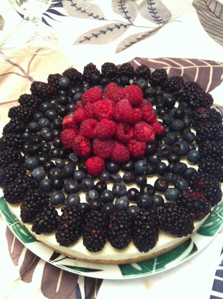 Massa de bolacha quebrada, recheio de crem-cheese, frutas vermelhas frescas (amoras mertilo e franboesa)