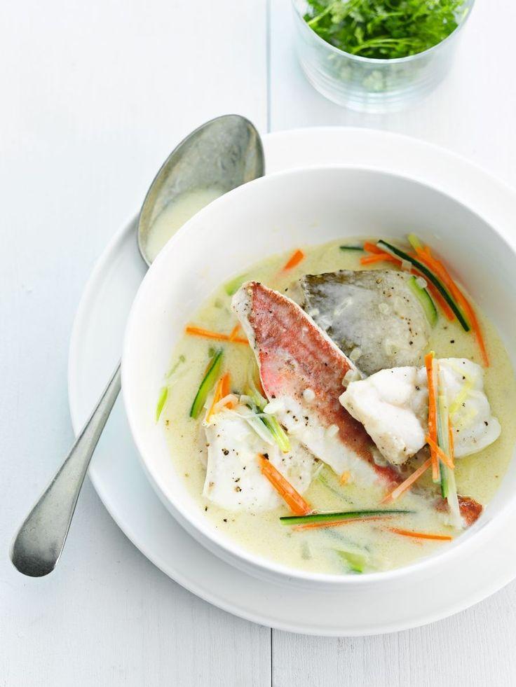 Bereiden:Snijd de visfilets telkens in 4 gelijke stukken. Knip de vinnen van de rode poon en verwijder de kop. Snijd in gelijke moten. Smeer een diepe ovenschotel in met wat olie. Schik er de visporties op en kruid ze met peper van de molen en zout. Giet er de visbouillon en de witte wijn over. Dek af met een vel aluminiumfolie en schuif 10 minuten in een hete oven van 175°C. Haal de stukken vis voorzichtig uit het pocheervocht en houd ze warm. Giet het pocheervocht door een fijne zeef.