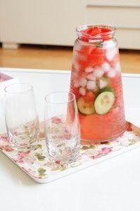 Komkommer watermeloen water Ingrediënten:  1/3 komkommer in plakjes 1/8 watermeloen in stukjes ijsblokjes water