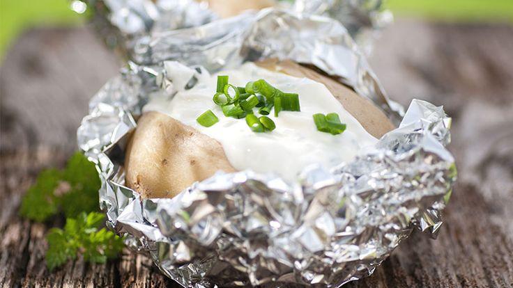 Simpel oppskrift på bakt potet. Deilig kosemat! Server med kryddersmør…