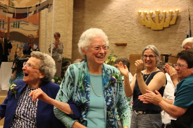 Pearl Berlin (left) and Lennie Gerber rejoice after their marriage ceremony (photo credit: Arlene Gutterman. Courtesy of Pearl Berlin and Lennie Gerber)