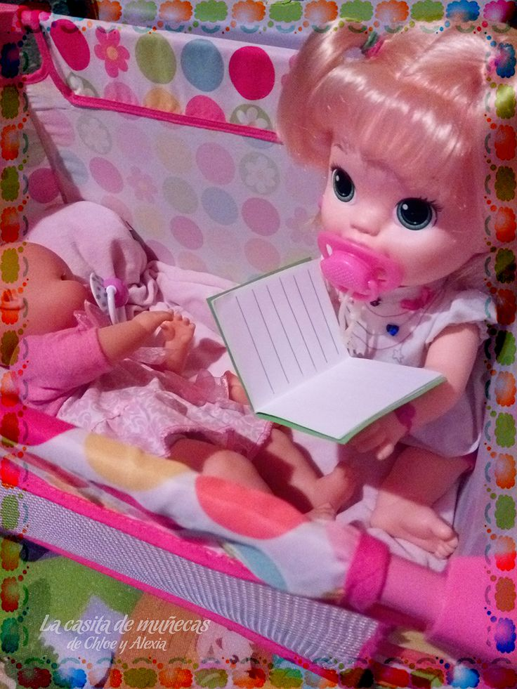 —Hola mami, le estoy leyendo un cuento a mi hermanita. (Baby Alive Snackin' Sara o Sara comiditas divertidas y Mi pequeño Nenuco blandito)