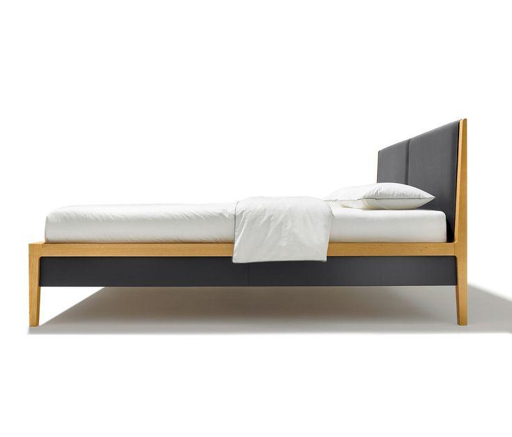 Das klassische Vier-Fuß-Bett zeitgemäß interpretiert Die Bettseiten aus reinem Naturholz können wahlweise mit Stoff- oder Lederelementen gestaltet..
