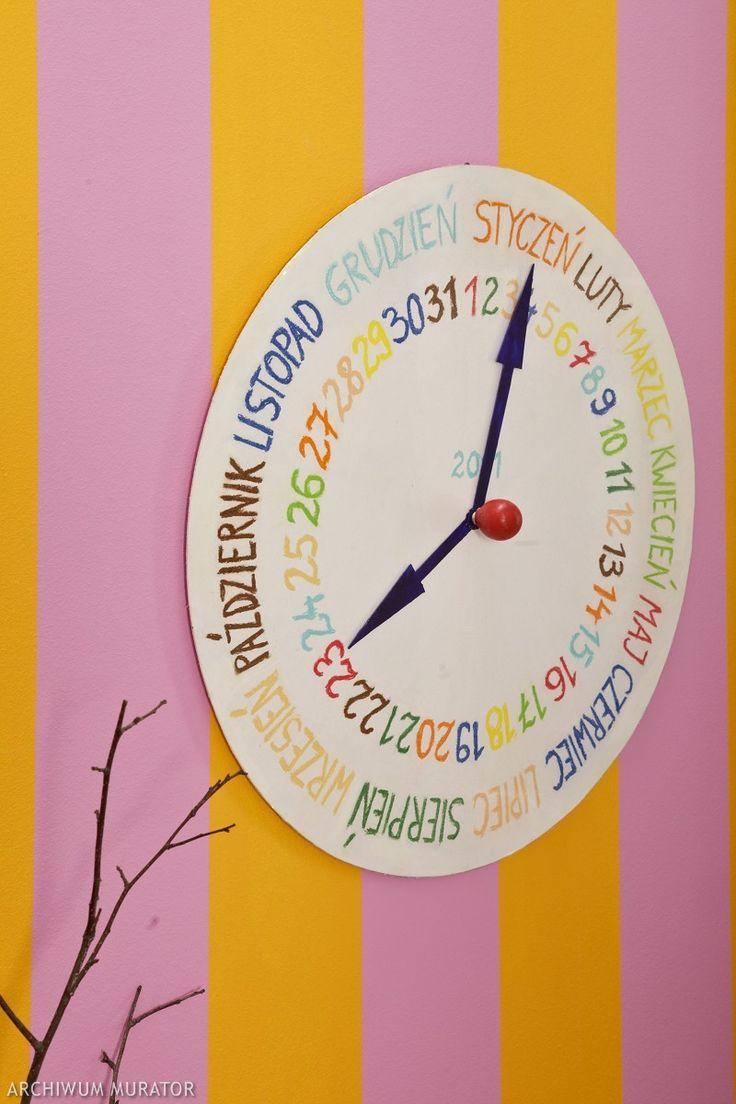 Zamiast kupować jeden z wielu podobnych do siebie kalendarzy ściennych, niepowtarzalną dekorację na ścianę możesz zrobić samodzielnie, dobrze się przy tym bawiąc. Własnoręcznie wykonany kalendarz ścienny w formie zegara jest praktyczny i dobrze się prezentuje...