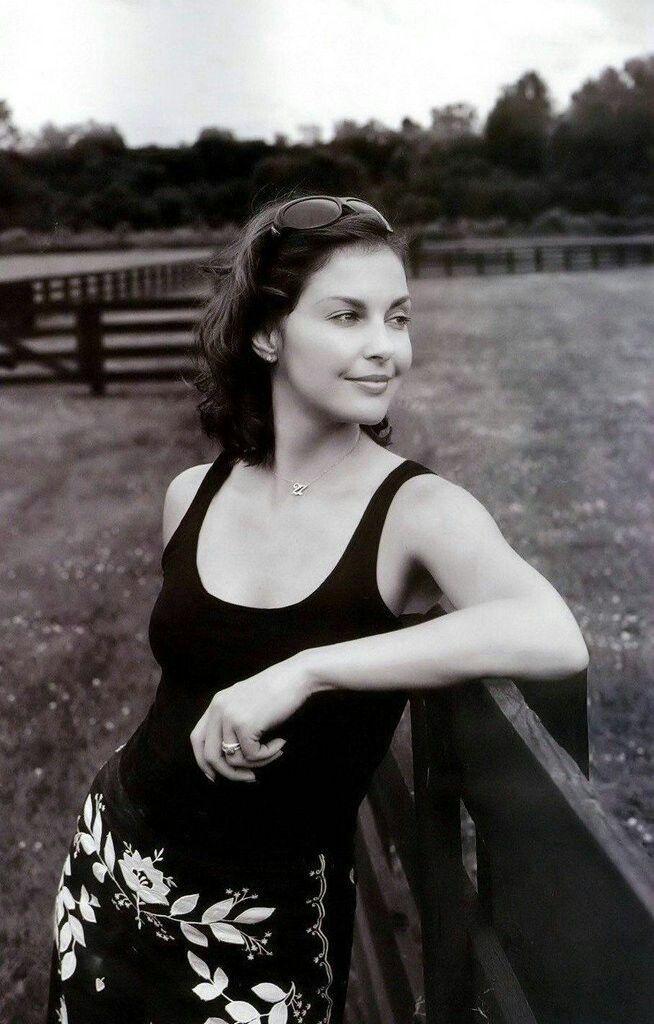 ASHLEY JUDD (Ciminella) (born 1968) Italian-American paternal grandfather – film actress