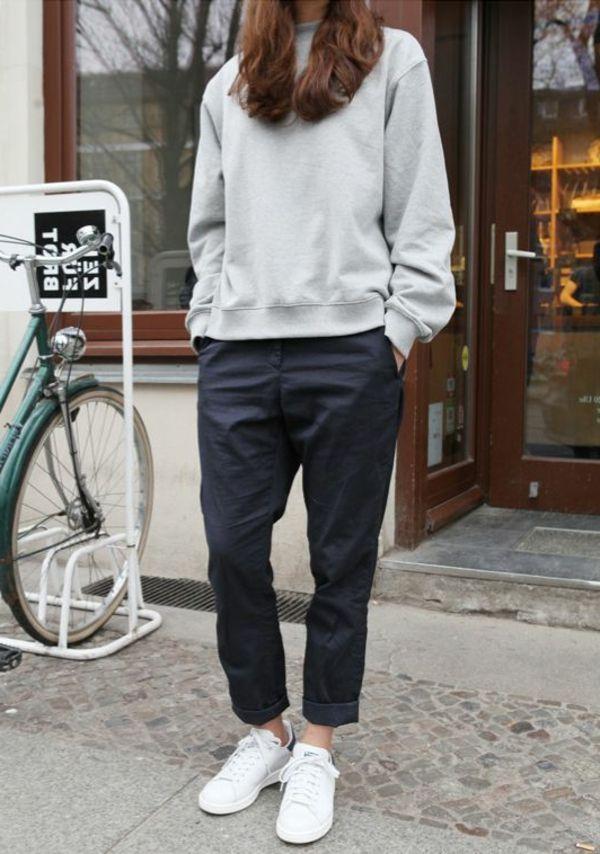 le pantalon taille haute avec sneakers