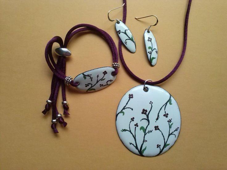 Conjunto de esmalte al fuego sobre cobre, compuesto por colgante, pulsera y pendientes con enganche de plata, decorados a mano.