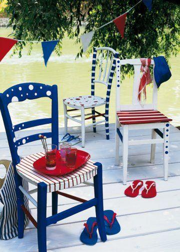 Chaises en bois de brocante peintes en bleu, blanc, rouge avec rayures et pois