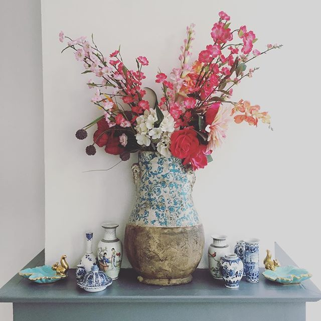 Dusty flowers. • • • • #flowersofinstagram #flowers #officeview #collect #porcelain #vases #dutchblue #chinesevases #thrift #thriftstyle #secondhand #decoration #interior #interieur #interior4all #interiorstyling #styling #creative #creativeoffice #myhouse #homeoffice #whoistheboss