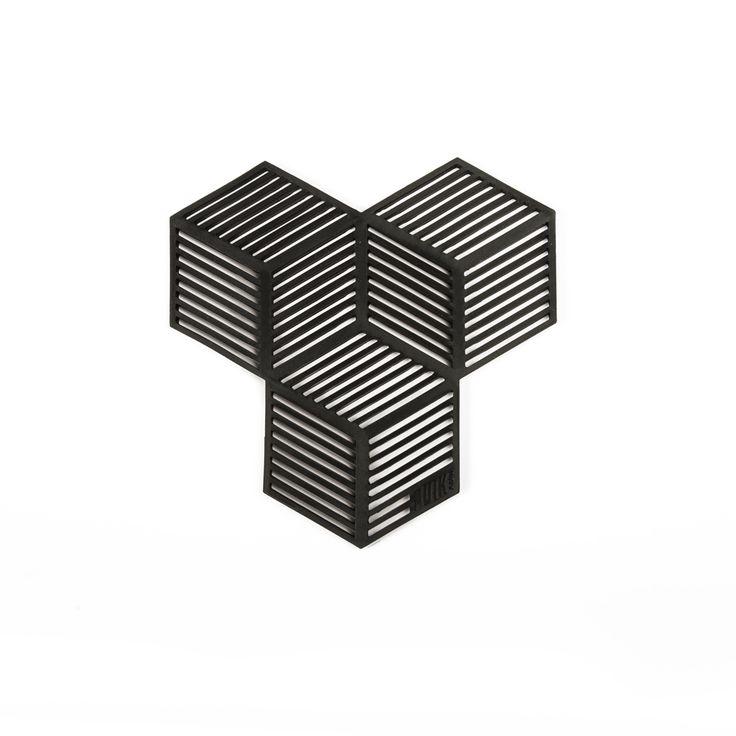 Hittebestendige siliconen onderzetters (set van 4). Door de vier stukken tegen of langs elkaar te leggen, creëer je de mogelijkheid om ze te gebruiken voor een grote pan of vier kleinere. Het is praktisch en leuk tegelijkertijd, welke vorm zet jij vanavond op tafel? #puikart #sico #onderzetters #coasters #praktisch #creatief #verassend #design #hittebestendig #dutchdesign #conceptstore #weidesignandmore #hipshopshaarlem #haarlem