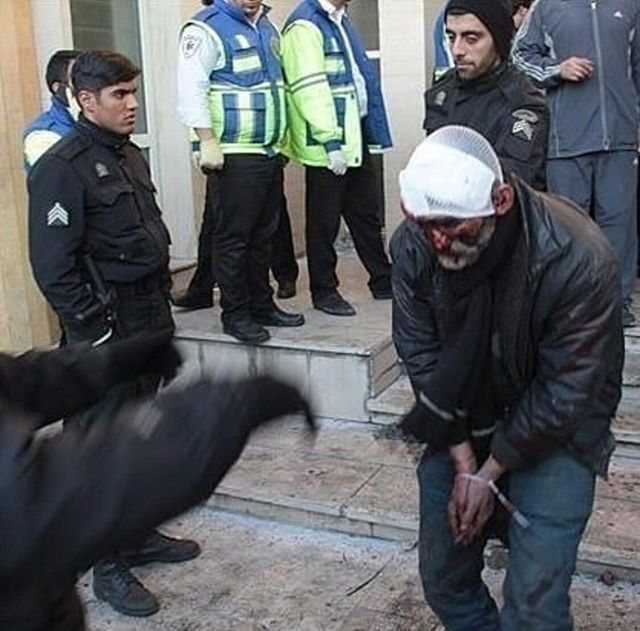 عکسھایی از رفتار جنایتکاران لباس شخصی سرکوبعلیشاه در پاسداران گلستان ھفتم با دراویش مظلوم گنابادی.  #گلستان_هفتم  @DORRTV #گلستان_هفتم