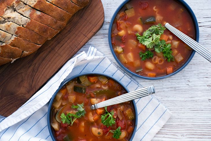 Skøn og enkel opskrift på en lækker minestronesuppe - samt forslag til andet grønt fra grøntskuffen der er perfekt til minestrone - få opskriften her