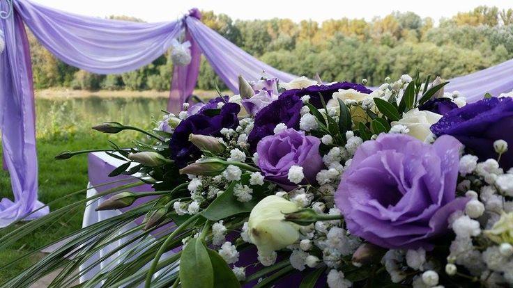 A textíliák és a virágok tökéletes összhangban. ( Virágdekoráció: Edit Virág Varázs )