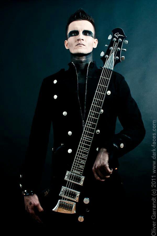 Bo Six mit seiner Gitarre ☺ .