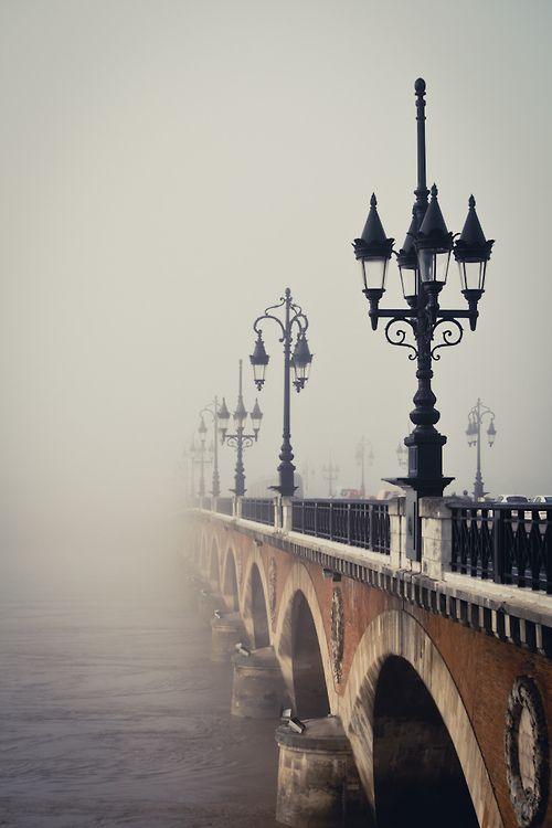 Pont de pierre dans le brouillard Bordeaux, France #Bordeaux