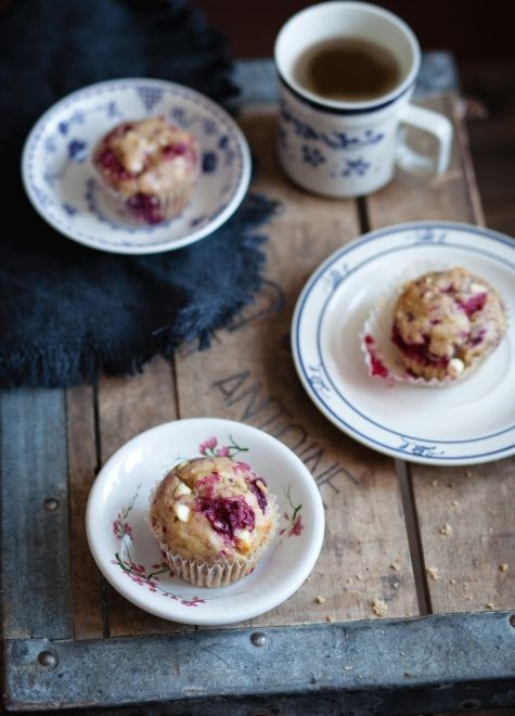 Muffins aux bananes, framboises & chocolat blanc (recette) / Banana, raspberry & white chocolate muffins (recipe)