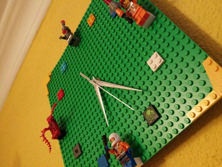 Reloj hecho con Legos, consintiendo a mi campeón!!!