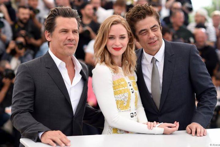 Josh Brolin, Emily Blunt et Benicio Del Toro s'apprêtent à monter les marches pour le très attendu Sicario, de Denis Villeneuve => http://people.premiere.fr/Photos-people/Cannes-2015-Emily-Blun-radieuse-entre-Benicio-Del-Toro-et-Josh-Brolin-pour-Sicario-4180666