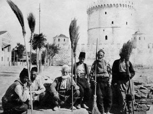 Οδοκαθαριστές με φόντο τον Λευκό Πύργο και το προτείχισμά του το 1911