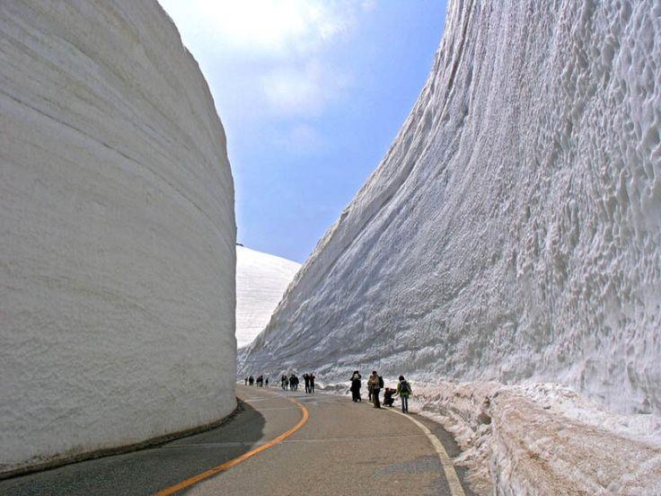"""Vista mozzafiato delle grandi pareti di neve che vanno a formare una gola di oltre venti metri, nella prefettura di Nagano: è la Tateyama Kurobe Alpine Route. Ogni anno, all'inizio di aprile, si scava e si crea il corridoio """"Yukina-Otani"""", tagliato in mezzo alle mura bianche, che"""