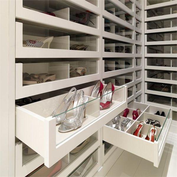 Continuando com as maravilhas de closets... Armários com luz dentro, portas com vidros transparentes e claros. São os itens que não te...