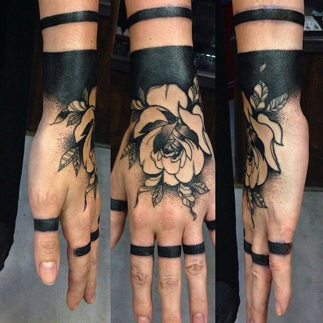 Black ink. Artista: @alexahebert Publicado por: @ttblackink❤ Parceria: @thinkbeforeuink✔ _______________________________   Beautiful black floral hand tattoo!