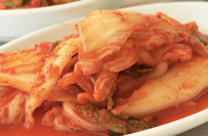 30 главных национальных блюд разных стран мира. Главное место в корейской кухне занимает кимчхи — квашеные овощи с острыми приправами. Основным компонентом блюда является пекинская капуста. К ней добавляют острый перец, лук, имбирь и чеснок и другие овощи по вкусу или растения семейства крестоцветных.