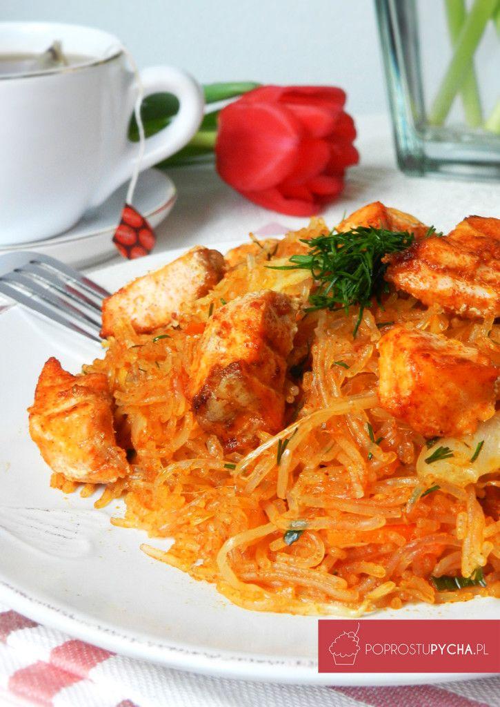 Tajskie danie z łososiem PAD THAI, zainspirowane przepisem Karola Okrasy :) Z makaronem sojowym, warzywami woka oraz pieczonymi kawałkami łososia. Wykorzystajcie tydzień kuchni azjatyckiej w Lidlu, aby poznać nowe świetne smaki!
