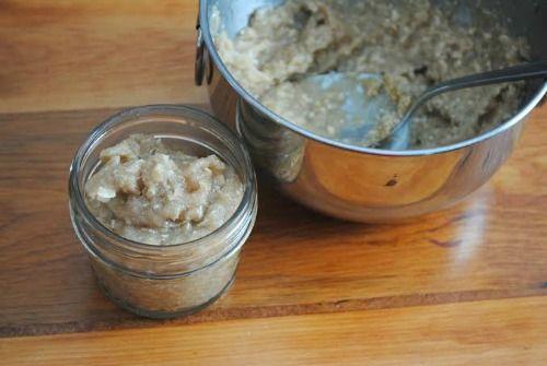 CREMA EXFOLIANTE DE AVENA:  Necesitas: 1 taza aceite de coco, 1/2 taza azúcar crema o marrón, 1/2 taza avena en polvo (puedes usar el procesador con la avena entera), 1-2 cucharadas aceite de oliva y un recipiente de cristal.  Preparación:  Combinar los ingredientes y mezclarlos de manera uniforme, guardar la crema en el frasco y ponerle una etiqueta al mismo.  Tapado se conserva hasta aproximadamente 6 meses.